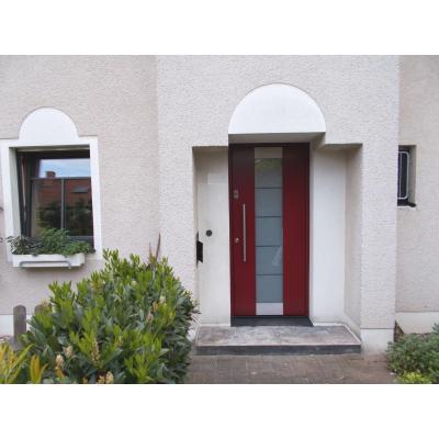 Holzhaustür rot, und Holz-Alufenster mit Sprossen.